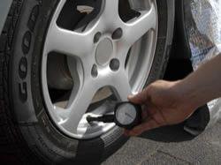Před odjezdem na letní dovolenou zkontrolujte nahuštění svých pneumatik