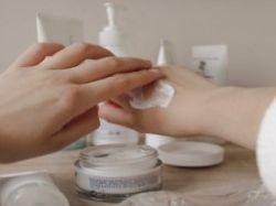 Ruce vysušené po dezinfekci a mýdle potřebují větší péči
